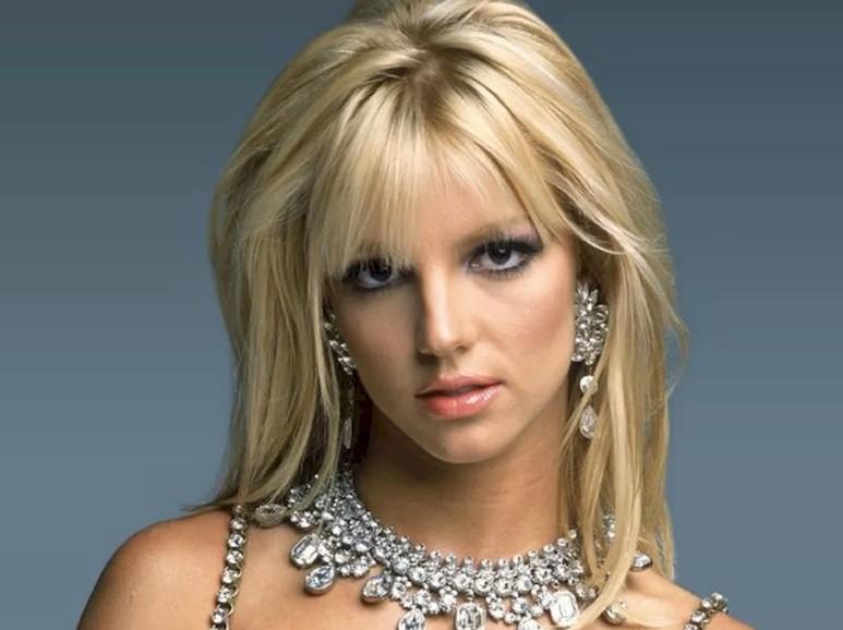 """Britney Spears diz que álbum de Selena Gomez é uma """"inspiração"""""""