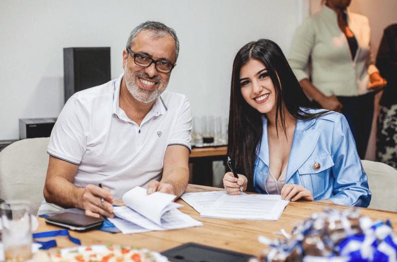 Sofia Oliveira e Sergio Affonso, presidente da Warner Music Brasil / Divulgação