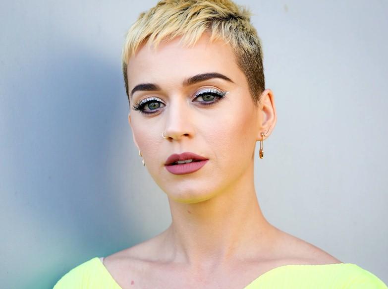 """Katy Perry: """"Me sinto liberada politicamente, mentalmente e sexualmente"""" Katy Perry pontuou algumas observações sobre sua vida em uma entrevista a W Magazine. A estrela do megahit I Kissed A Girl se mostrou bastante satisfeita com a sua mudança de visual e, principalmente, com a sua nova fase pessoal. """"Tudo é mais divertido com cabelos curtos (risos)! Posso me levantar e ir. Eu me sinto tão liberada com esse cabelo agora"""", disse. """"Em geral, me sinto liberada 360 graus. Seja politicamente, mentalmente, espiritualmente, sexualmente. Sinto me liberada de todas as coisas que não me servem"""", admitiu. Perry, que lançou recentemente o seu quinto álbum de estúdio, Witness, afirmou que está bem feliz atualmente e que nada te prende ao passado: """"Estou rindo comigo e abraçando meus 30 anos. Você não poderia me dar nada para que eu voltasse aos meus 20 anos. Para chegar a este lugar, eu tive que fazer um trabalho tão necessário no meu coração, alma, mente e corpo. Desde então, muitas coisas lindas começaram a florescer novamente"""", concluiu. Katy Perry colaborou recentemente com o DJ Calvin Harris na faixa Feels juntamente com Pharrell Williams e Big Sean e ambos alcançaram o topo da parada britânica superando o hit Despacito de Luis Fonsi, Daddy Yankee e Justin Bieber. Contudo, o single Swish Swish, uma parceria dela com Nicki Minaj e que apresenta Gretchen no lyric vídeo já soma mais de 47 milhões de views na Vevo."""