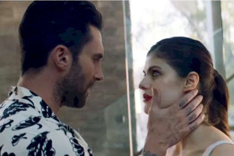 """Maroon 5 lança novo clipe para """"Wait"""" com romance conturbado"""