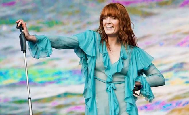 """Florence+The Machine relança álbum de estreia """"Lungs"""" em vinil colorido"""