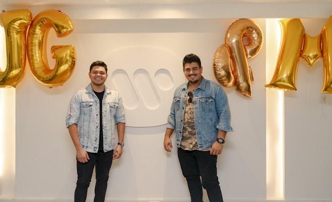 """João Gustavo & Murilo, do hit """"Lençol Dobrado"""", assinam com a Warner"""