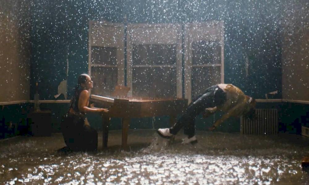 """Alicia Keys se une a Miguel em homenagem hipnótica para o amor em """"Show Me Love"""""""