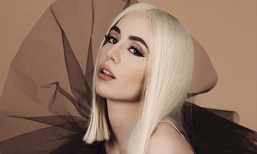 "Ava Max lança o seu novo single ""Salt"""