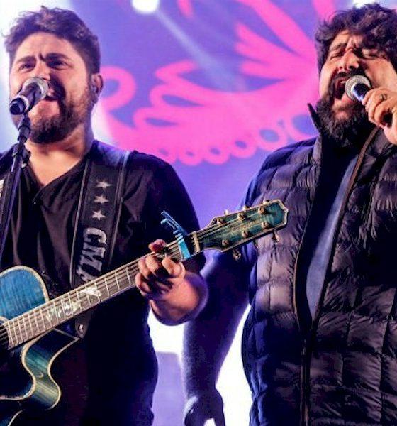 César Menotti & Fabiano cantam para fãs na janela em Belo Horizonte