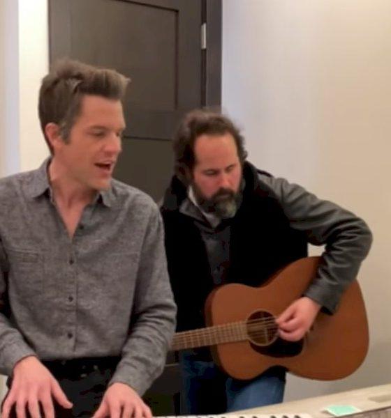 """The Killers: em quarentena, vocalista e baterista apresentam """"Caution"""" em um banheiro"""