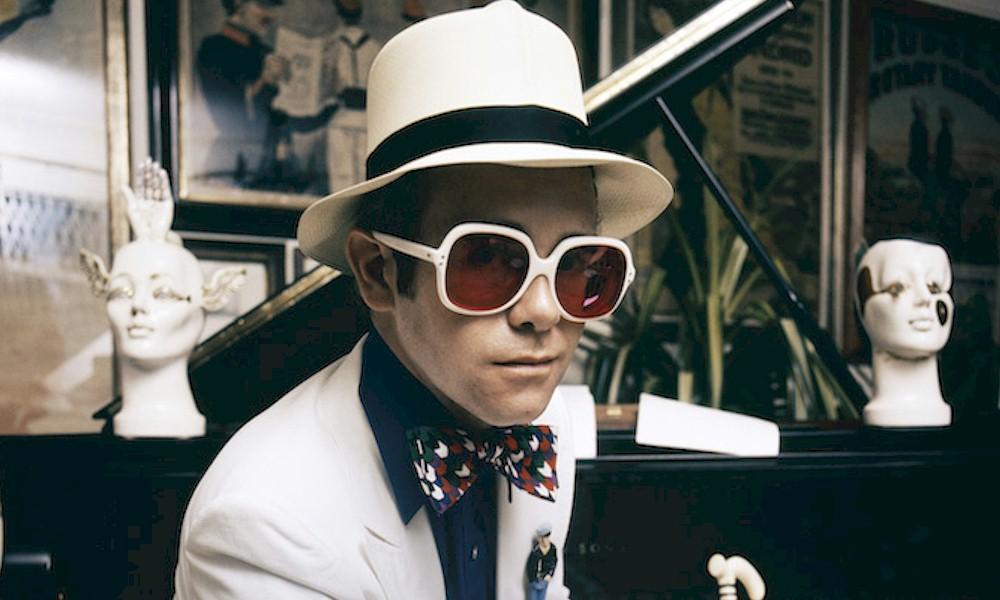 "Elton John ganha exposição virtual ""SIR: A Retrospective of Rock Royalty"""