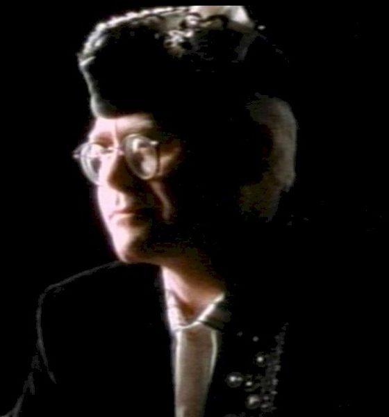 "Elton John comemora 300 milhões de vídeos para clássico ""Sacrifice"""