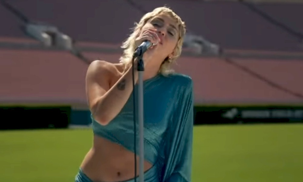 "Miley Cyrus interpreta ""Help!"" dos Beatles. Assista"