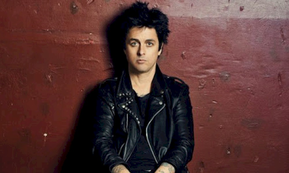 "Billie Joe Armstrong homenageia John Lennon com o clássico ""Gimme Some Truth"""