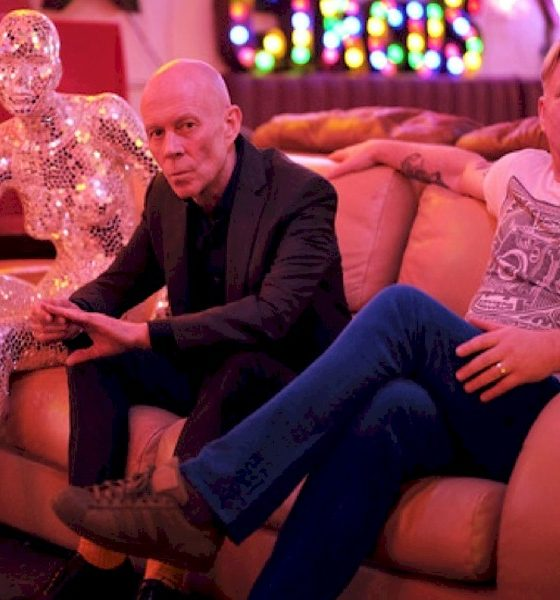 "Erasure lança remix de ""Shot A Satellite"" produzido por Initial Talk"