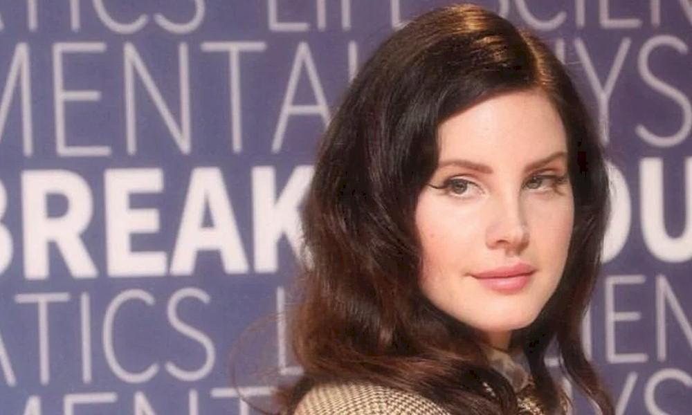"""Lana Del Rey revela que confia em seus empresários para """"apoio emocional"""""""