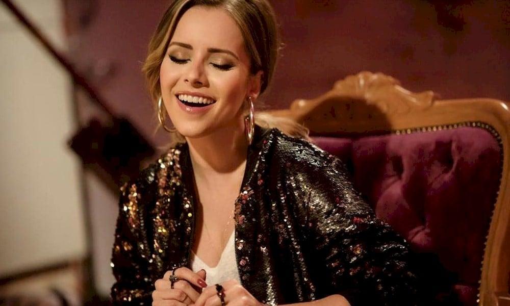 """Sandy grava versão de """"Loyal Brave True"""" da trilha sonora de """"Mulan"""""""