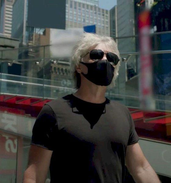 """Jon Bon Jovi usa máscara e saúda os trabalhadores de Nova York no clipe """"Do What You Can"""""""