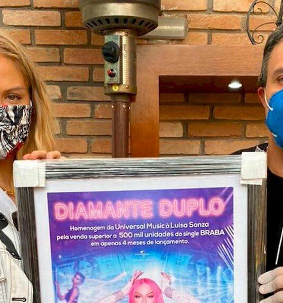 """Luísa Sonza recebe certificado de Diamante Duplo da Universal pelo single """"Braba"""""""