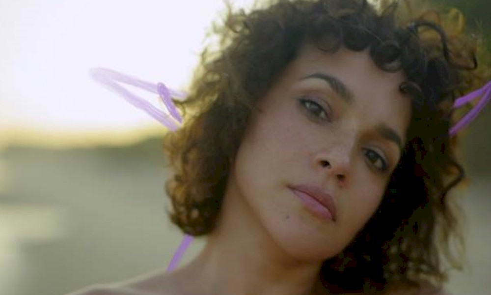 "Norah Jones: assista ao clipe de ""Hurts To Be Alone"""