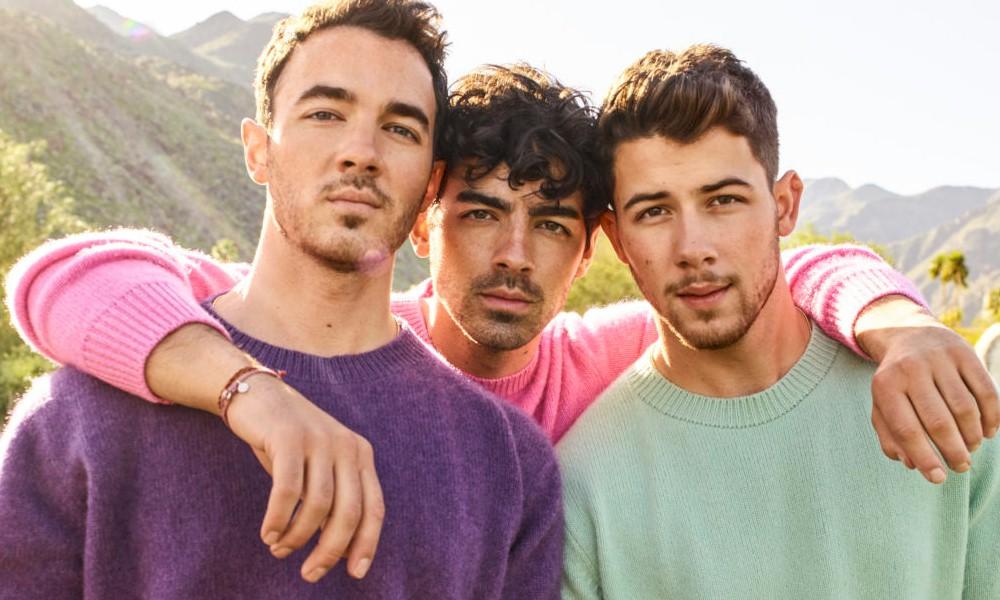 """Jonas Brothers revisitam a infância no lyric video de """"I Need You Christmas"""""""
