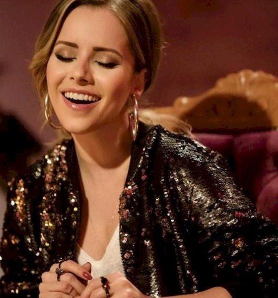 """Sandy canta """"Lealdade Coragem Verdade"""", tema do filme """"Mulan"""""""