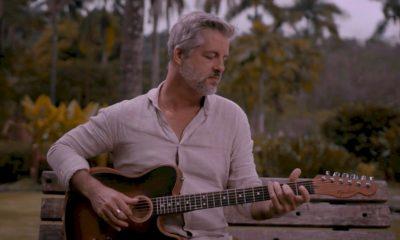 """Victor Chaves flerta com o blues nas canções """"Postagem"""" e """"Outra Vez, Te Amo"""""""