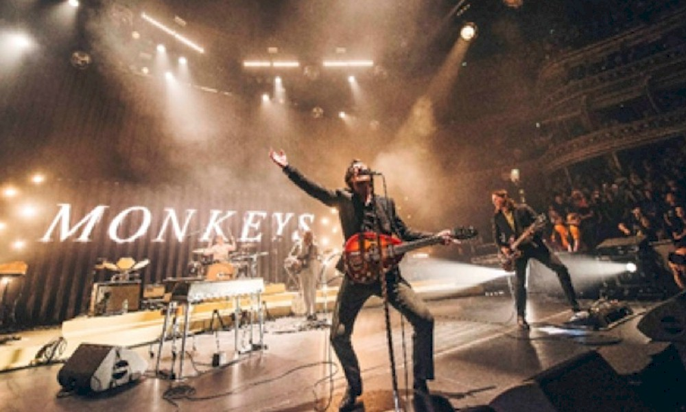 "Arctic Monkeys lança single e clipe ao vivo de ""Arabella"""