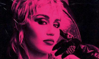 """Miley Cyrus: álbum """"Plastic Hearts"""" alcança o topo da Billboard e cantora comemora"""