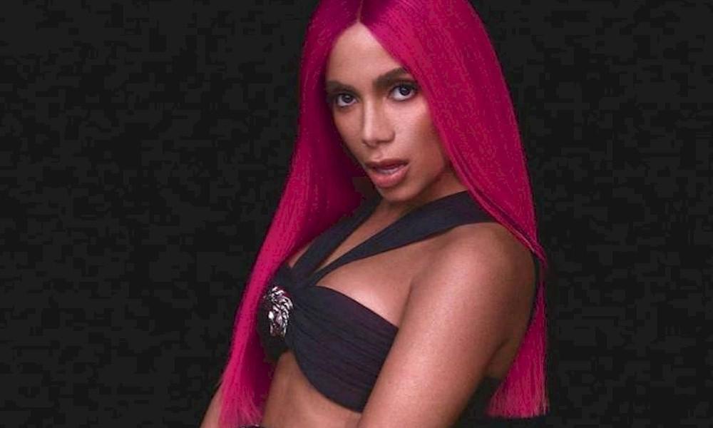 Anitta surge com cabelo rosa no Instagram