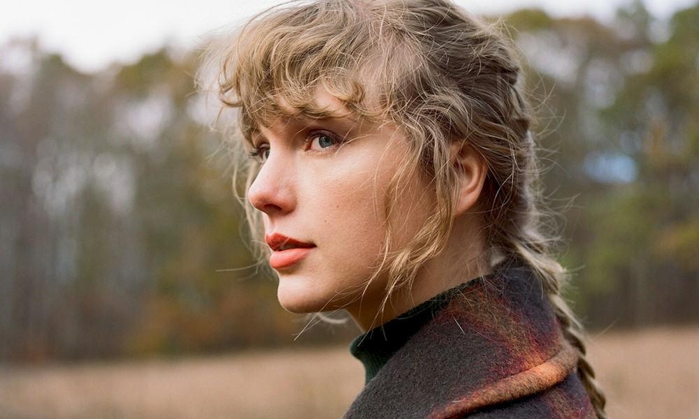 "Taylor Swift lança as faixas ""Right Where You Left Me"" e ""It's Time To Go"""
