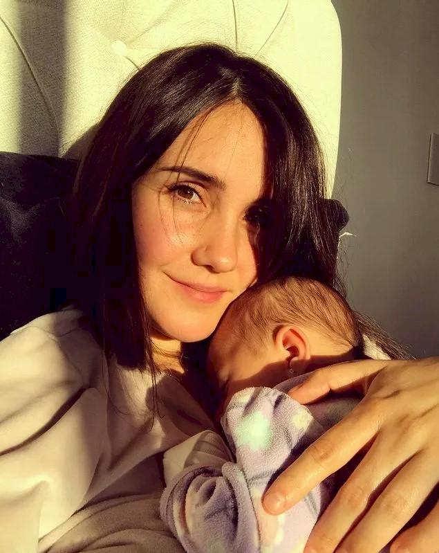 """Dulce Maria, ex-RBD, é clicada com a filha e celebra: """"A amo com todo o meu ser"""""""