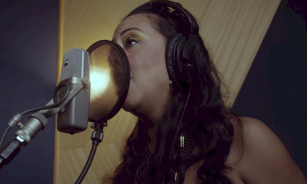 "Evelyn Castro, do Porta dos Fundos, surpreende com cover de ""Waiting on a War"" do Foo Fighters"