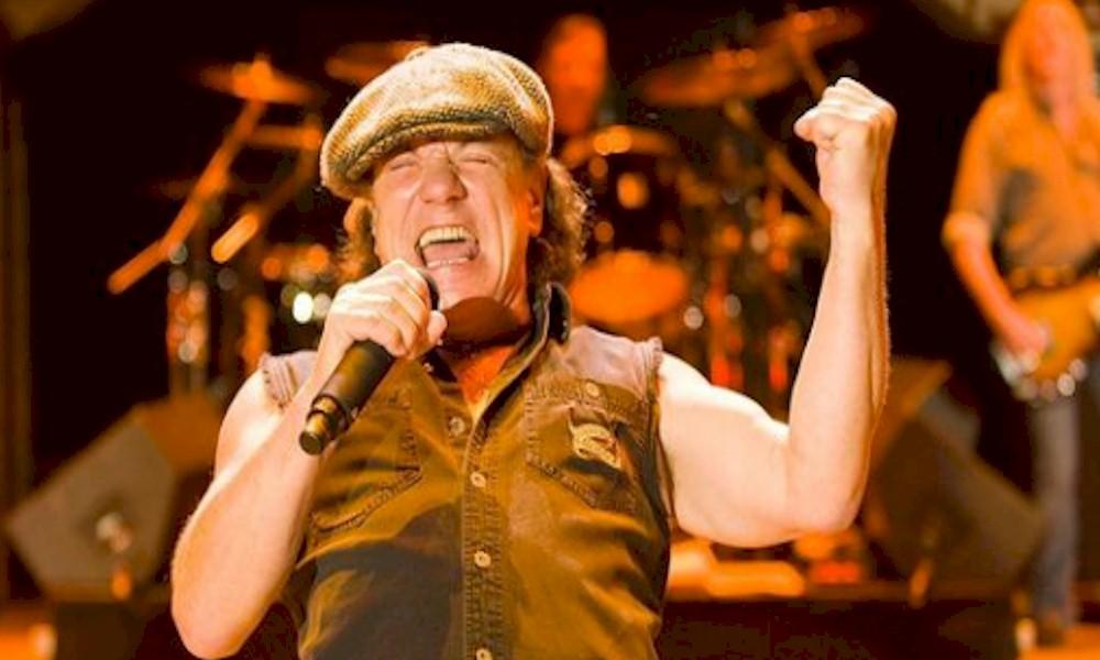 "Brian Johnson, do AC/DC invade palco do Foo Fighters em ""Back In Black"""