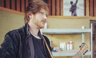 Friends: Ed Sheeran e Courteney Cox recriam cena de dança do seriado
