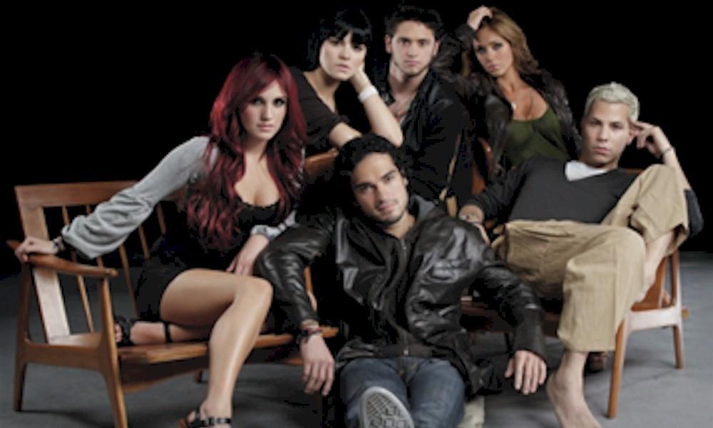 Rebelde: ator da série pede desculpas ao RBD por críticas às músicas do grupo