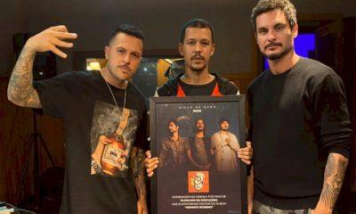 """3030 recebe o Disco de Ouro para o álbum """"Infinito Interno"""""""
