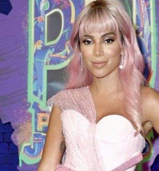 Anitta surge de peruca rosa em premiação latina