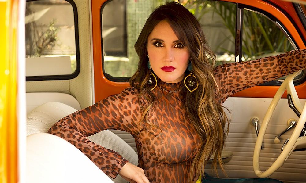 """Dulce Maria: ouça a nova faixa """"Amigos Con Derechos"""""""