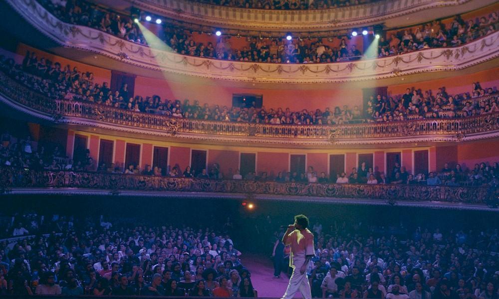 """Emicida: """"AmarElo Ao vivo"""" estreia nas plataformas digitais e na Netflix"""