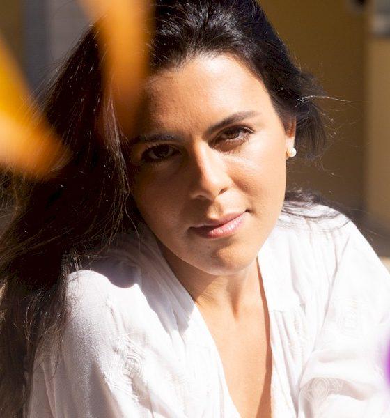 "Nanda Garcia revisita a bossa nova na romântica e autoral ""Olha Eu Te Amo"""