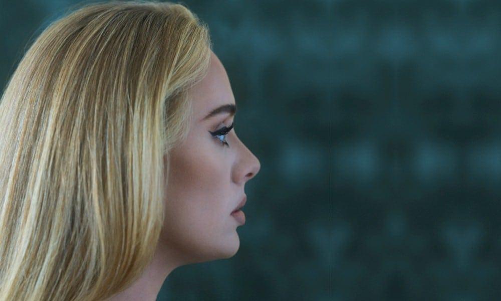 """Adele anuncia o novo álbum """"30"""" para novembro"""