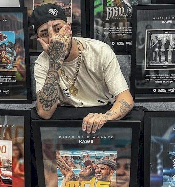 Kawe recebe discos de diamante, platina e ouro pelos sucessos de singles