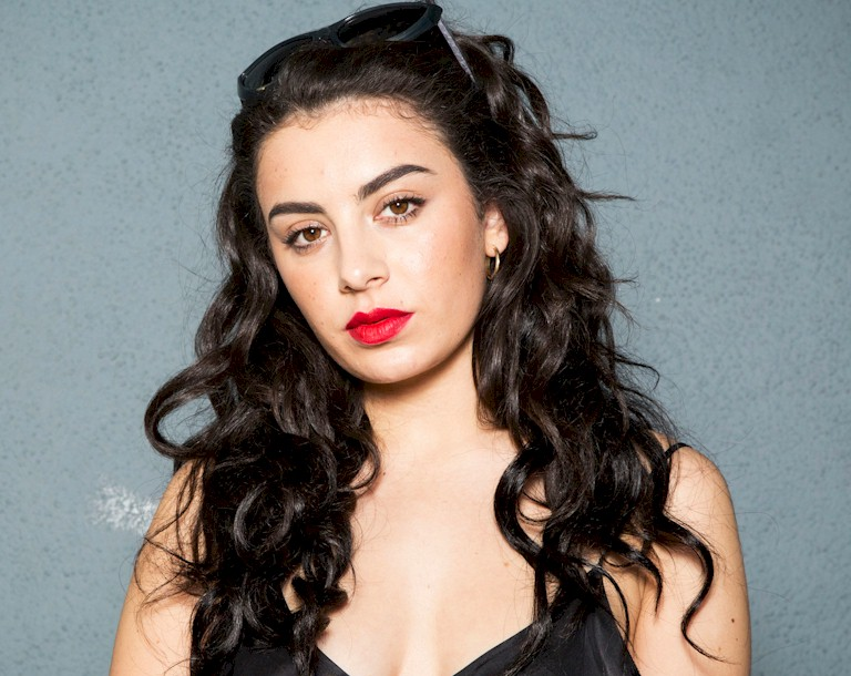 "Ouça ""After The Afterparty"" da cantora britânica Charli XCX"
