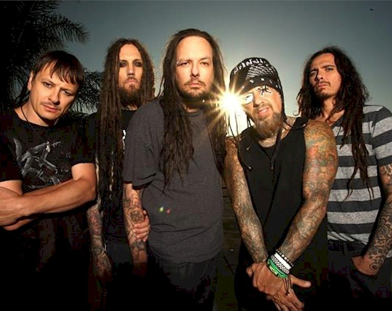 "Korn: ouça o novo single ""A Different World"""